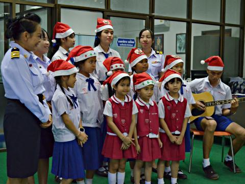 โรงเรียนมหาไถ่ศึกษาเลยร้องเพลงอวยพร
